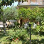 alt= villa con giardino